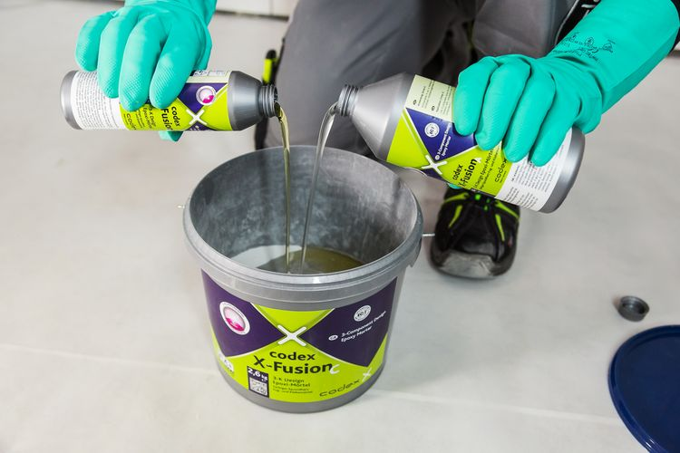 Fill the 3-component epoxy resin joint codex X-Fusion into the bucket...