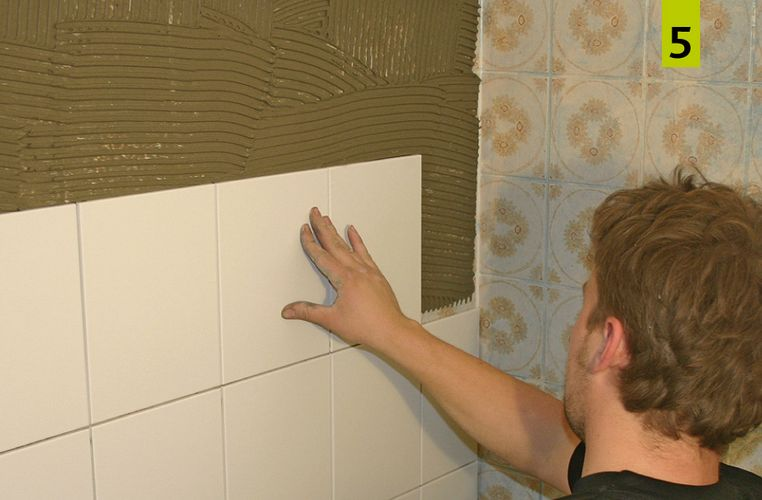 Place the tiles into the mortar bed with a slight rotating movement to ensure optimal wetting and then press the tiles down.