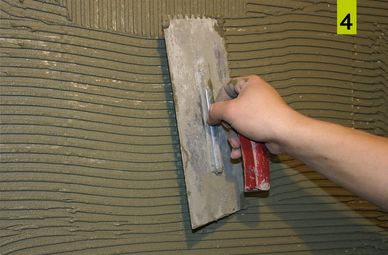 Apply the mortar to the substrate in a sufficiently thick layer with a notched trowel adapted to the covering and brush evenly.
